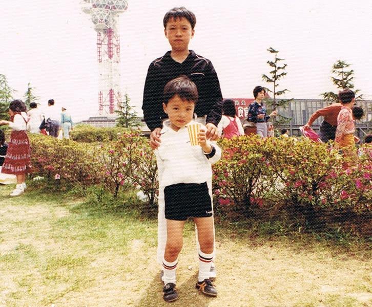 大阪の人情味溢れる町で、4人きょうだいの末っ子として育った。