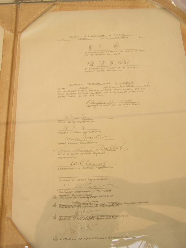 ミズーリ艦上にディスプレイされる降伏文書の日本側コピー。カナダ代表がサイン欄を間違え、その後サザーランド大将が訂正したのも見て取れる