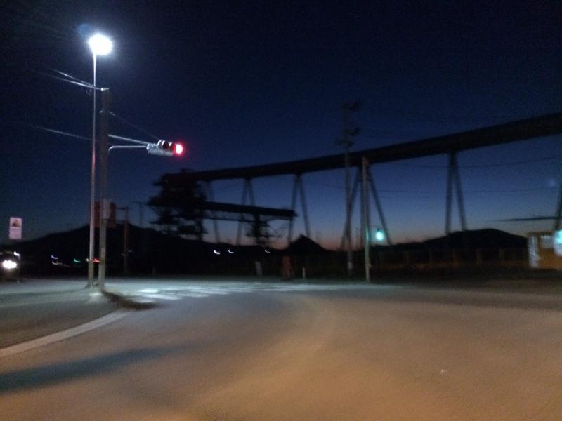 陸前高田のかつての松原付近。地元の人が「コンビナート」と呼ぶ巨大なベルトコンベアーで構成されたかさ上げプラントが黎明の空に聳えていた(国道45号線と340号線の交差点付近)