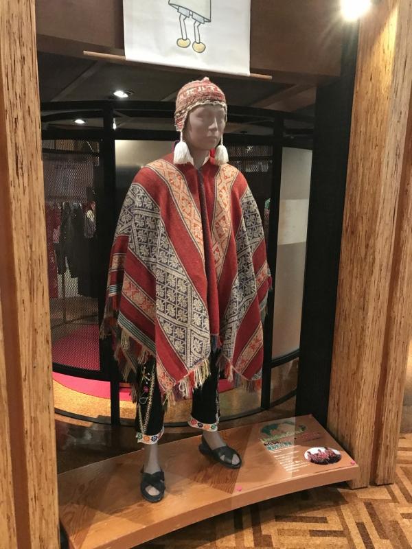 こちらはペルーのアンデス山脈に住む人々の服。かっこいい。