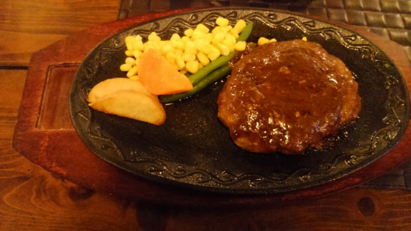 赤牛のハンバーグは絶品でした♪子供たちも無言で食べ続けました。