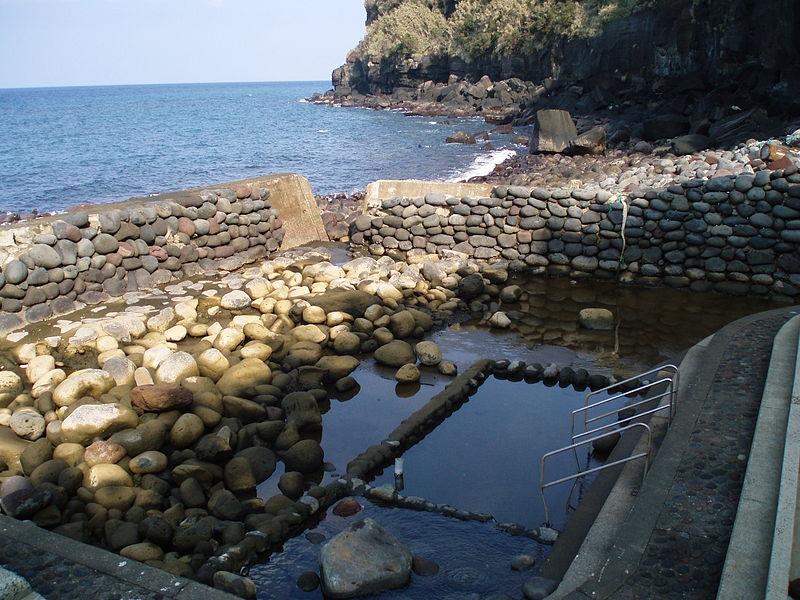 防波堤の裏側にある坂本温泉