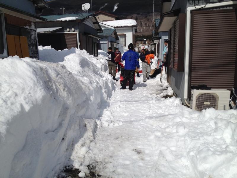 簡易除雪機を使って何とか奥の駐車場から車を出せるようにした(2月22日)