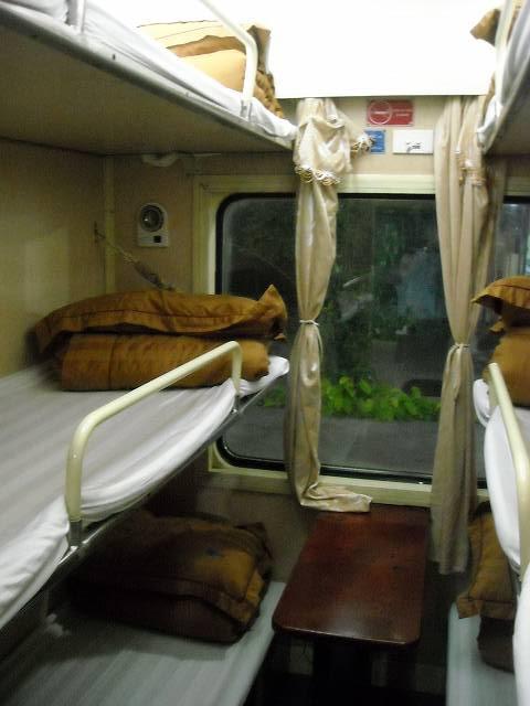 ハードベッド。3段×2列の6ベッド