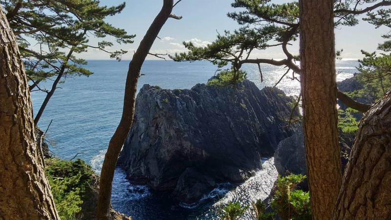 30メートル以上の崖から望む雷岩