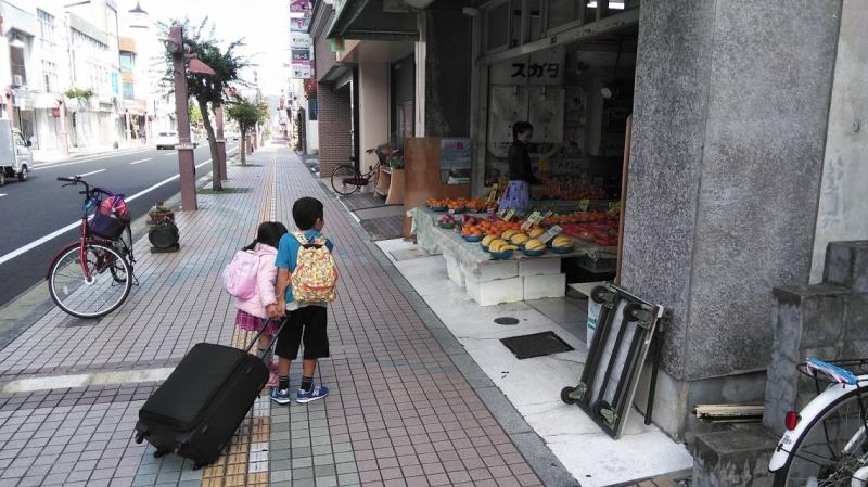 一ノ関の街中で見つけたフルーツ店で足が止まる子供たち。