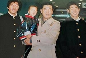 孫を抱っこする渡辺監督。向かって右端は当時の松坂大輔選手。