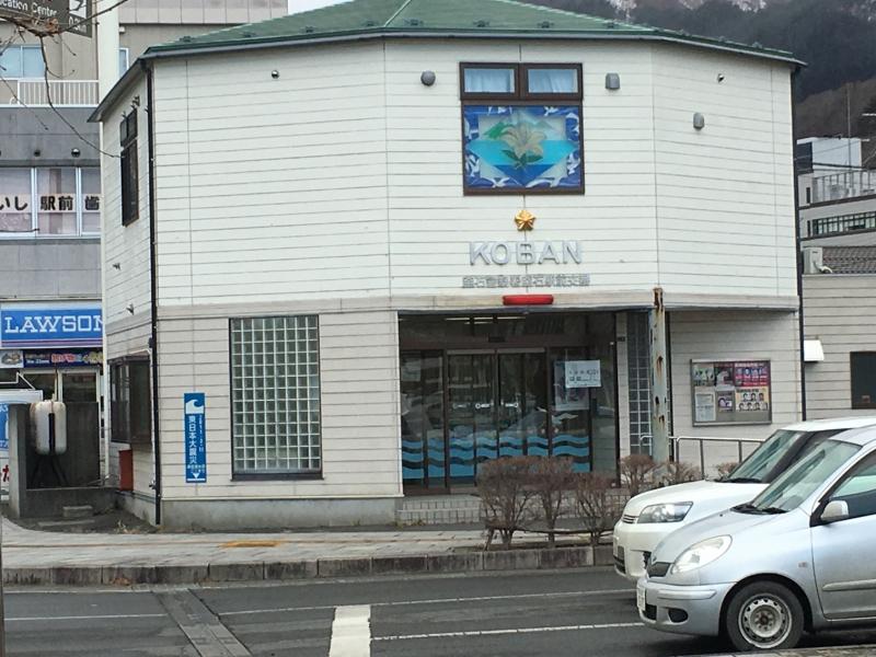 駅前交番の壁にある、津波の高さを示した看板