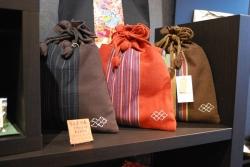 さりげなく並べられたきんちゃく袋もお洒落な色づかい。