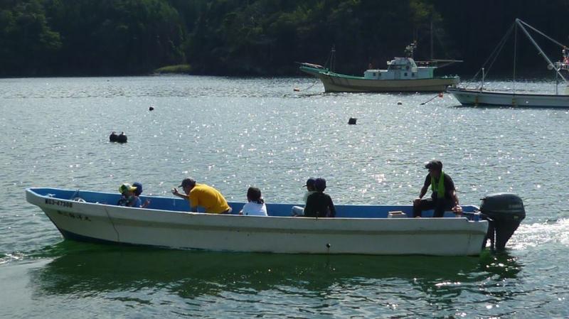 船で沖へと出~発!楽しそう!気持ち良さそ~!漁師さんも子供も笑顔!