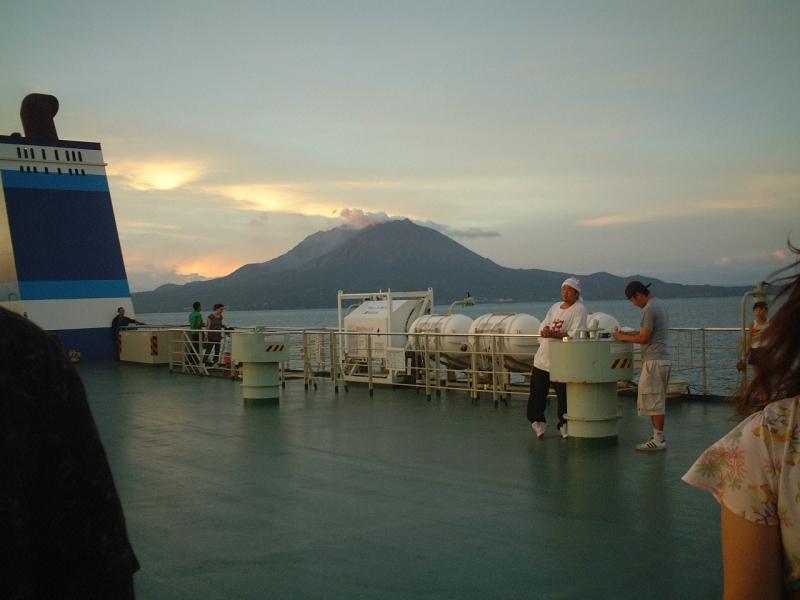鹿児島新港を出港したクイーンコーラル(奥は桜島)