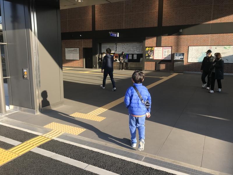 新駅到着直後の息子。「入り口で写真撮ろうか?」という私の声掛けも気づかぬほど興奮気味に入っていきました。乗るだけじゃなくて駅も好きなのね。