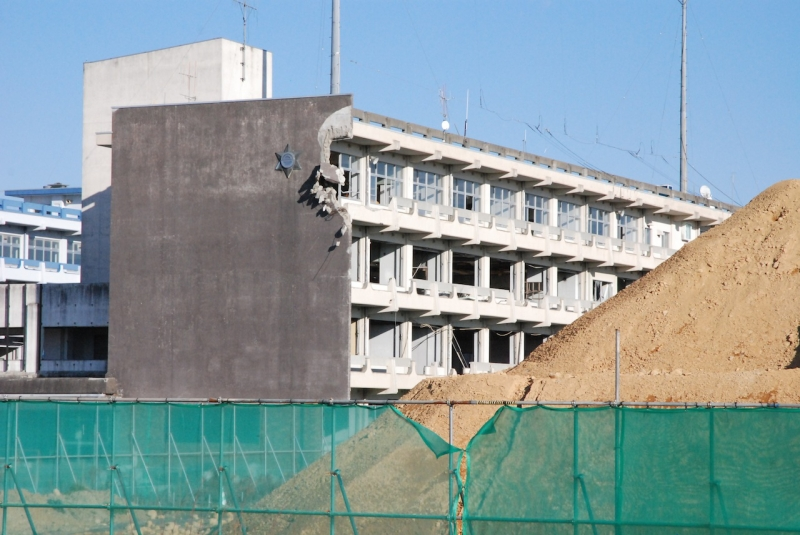 津波は校舎の4階まで達した。4階の壁まで破壊されている