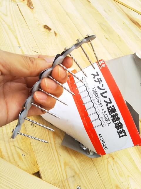 こちらはポリカを柱に留める際に使う釘です。