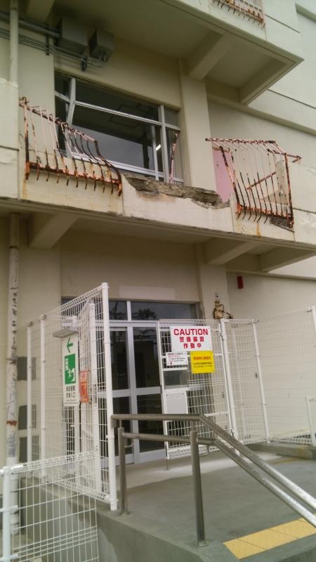 2階の柵が裂かれ、コンクリート部分も崩れています
