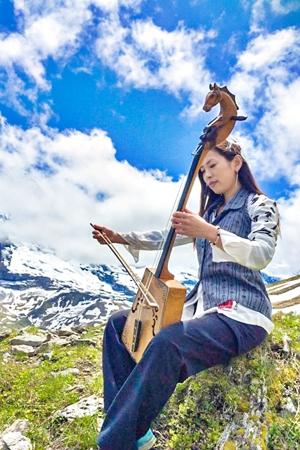 青空の似合う「草原のチェロ」馬頭琴を演奏する姿は、自然と一体化している。
