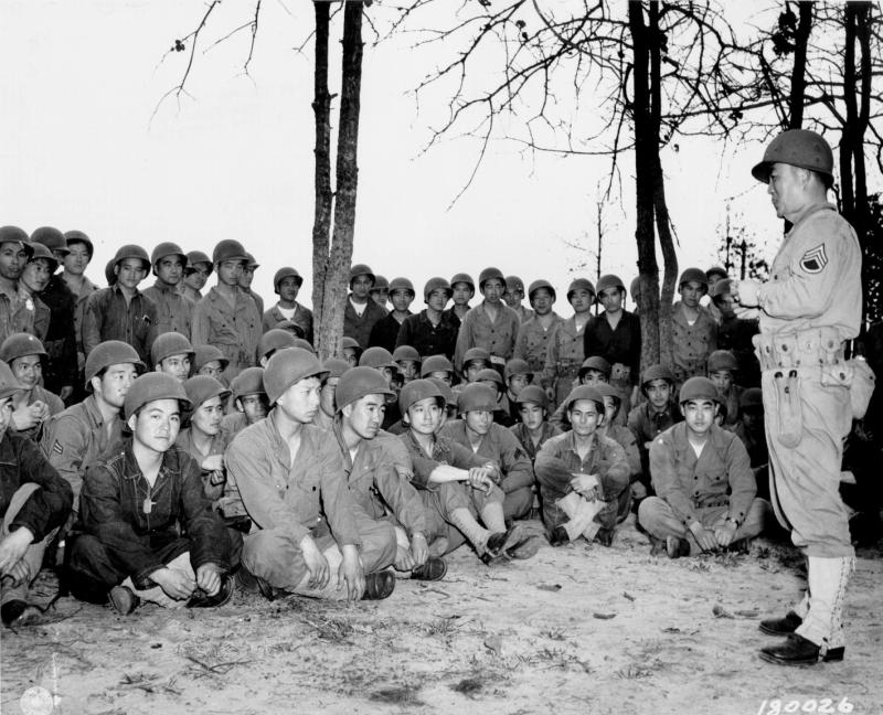 手榴弾訓練を受ける第100歩兵大隊。このうちの何人が生還したのだろうか