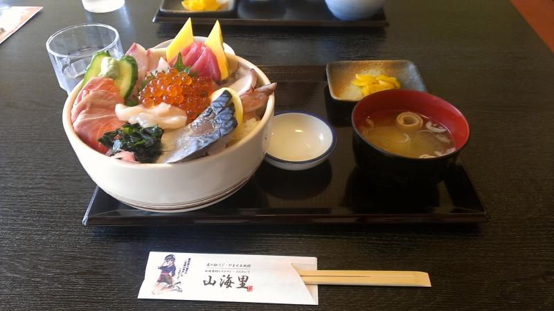 久慈駅近くの道の駅で食べた琥珀丼。ボリューム、半端じゃありません・・!