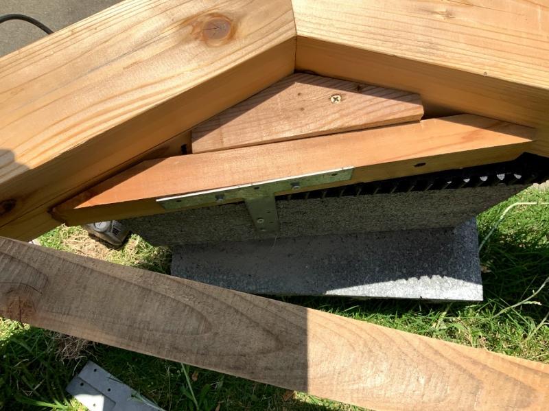八角形のそれぞれの角に、ブロックと面が合うように木を取り付けます。T字の金具でブロックと木を繋げて補強します。