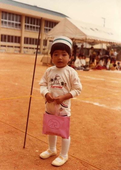 男の子みたいな性格だった宮平さんの幼少期。