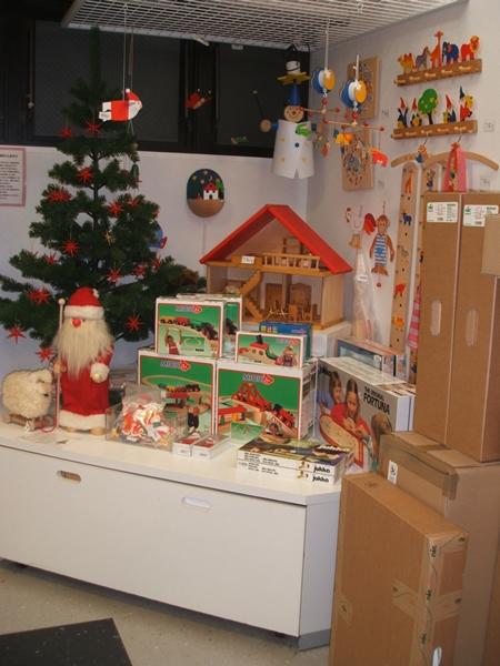 2階はおもちゃの専門店『クーヨンマーケット』木の素材をたいせつにした北欧系のカラフルなおもちゃ。この手触りはトリコになります。