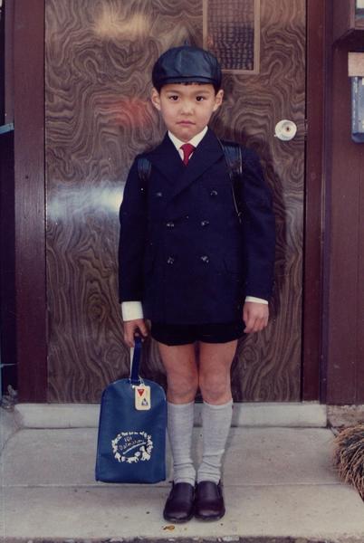 小学校入学式当日の一枚。シャイでありながらキリッとした表情から今の面影が感じられる。