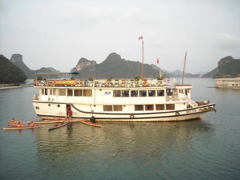 クルーズ船はカットバ島に停泊。近くには4、5隻ほどの船が停まっていた。写真は同じような造りをした隣の船。