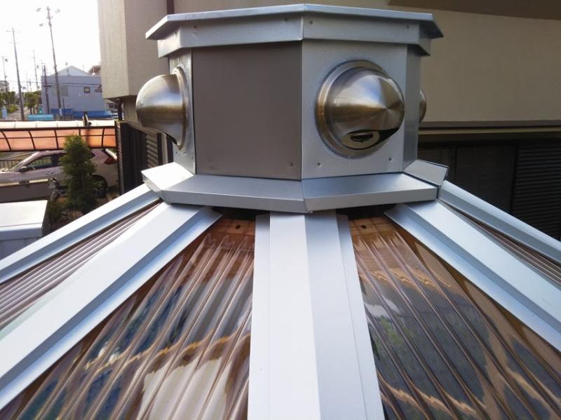 屋根トタンが換気口の僅かな隙間に綺麗に収まっています。