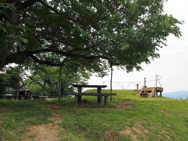 日守山公園。山頂にある公園には展望台やテーブル、ベンチがあります