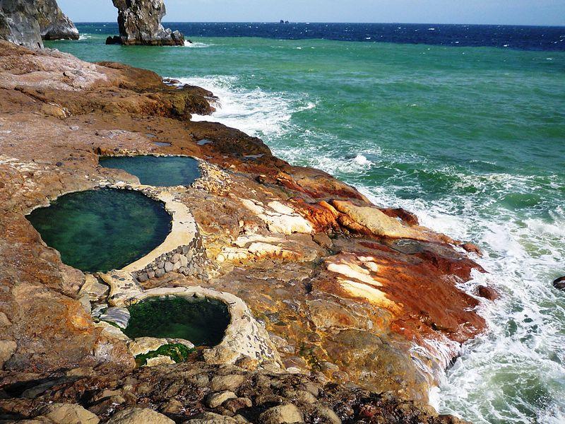 海岸沿いにある東温泉。強酸性で温泉ファンの注目の的!
