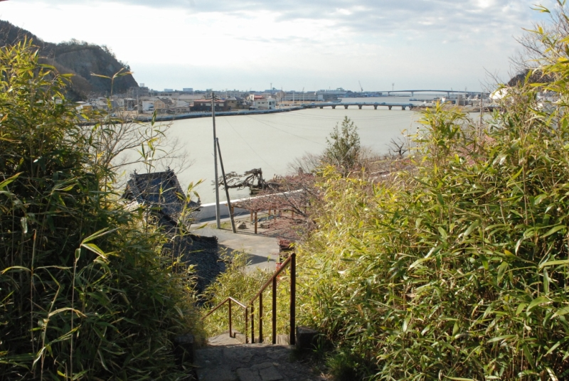 遠方より、日和大橋、中瀬と内海橋、巻石のある雄島、その手前に津波で屋根下まで浸水した鐘楼が見える