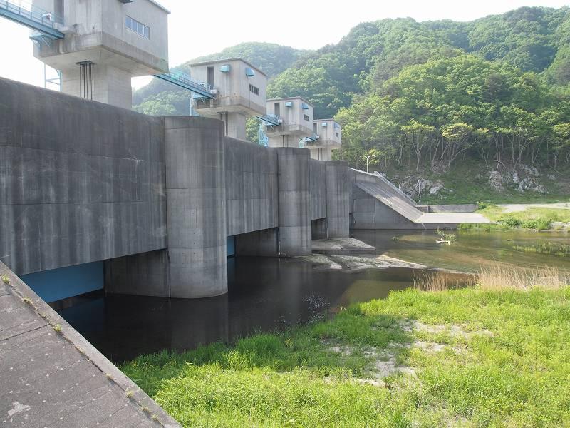 普代村の防潮水門。約3分の2が水門となっている。水門下流の海側より撮影