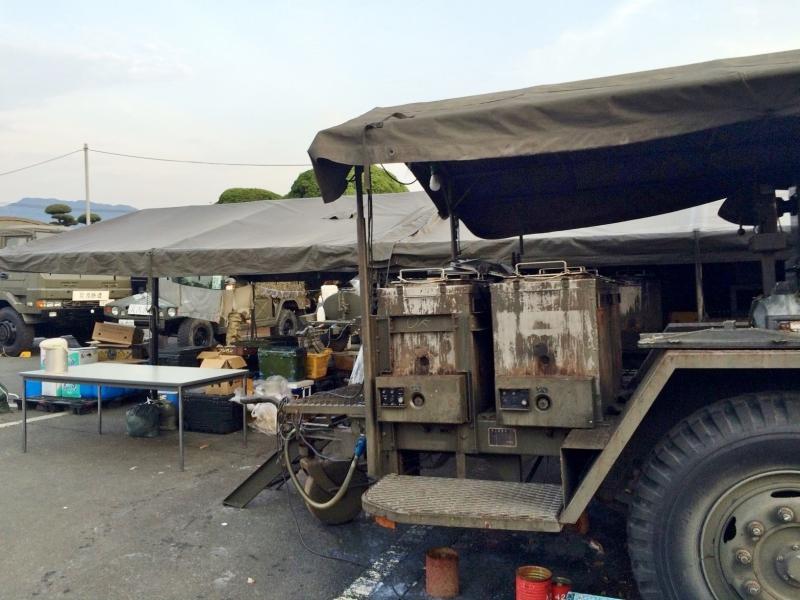 益城町役場駐車場の自衛隊炊事車両(2016年4月20日)