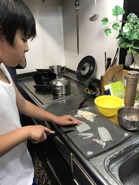 次男坊、イカを調理中。真剣です。