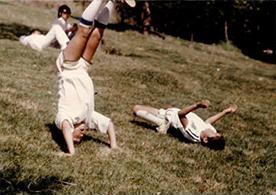 小学生の頃2歳上の兄と。兄はいつも応援してくれた。(左が森山さん)
