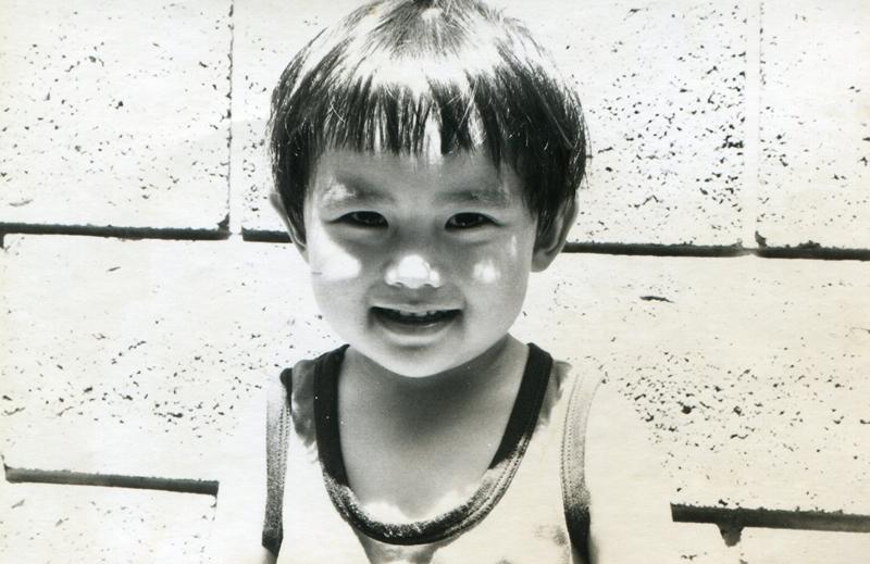 お琴の師匠をしていた祖母の影響を受けて音楽は身近にあった。写真は2歳頃。