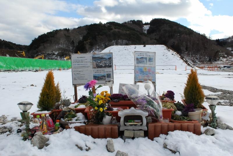 犠牲となった七十七銀行女川支店の行員たちを追悼する場所(2013年1月)