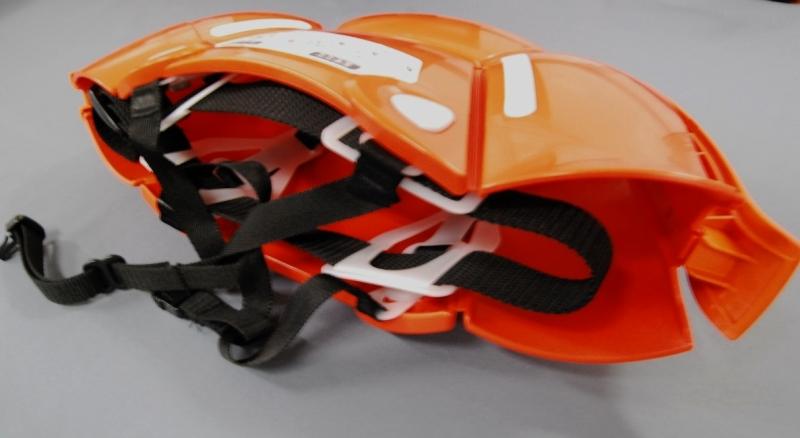 折りたたんだ状態(下から撮影)。頭の後ろ側についているヒモを引っ張ると、ヘルメットの形になります。