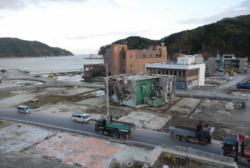 2011年11月にほぼ同じ場所から撮影した「江島(えのしま)共済会館」。後ろには七十七銀行とマリンパルの建物がまだ残っていた