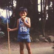 虫取り網を手にする藤井少年。