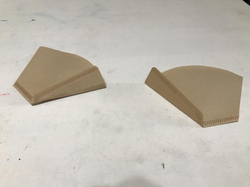 コーヒーフィルターの片側をそれぞれ折ります。(ここが最終的に鼻にあたる)