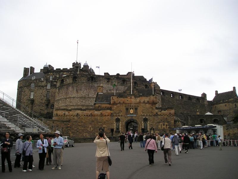 """街のシンボル「エジンバラ城」。毎年行われるスコットランド兵のパレード""""ミリタリータトゥー""""はいつか見に行きたい。ちなみに、お城の麓のホテルでは「Castle View」のお部屋が人気の為ちょっと高め。"""