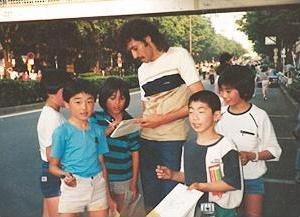 サッカー選手のラモス瑠偉さんが近所に住んでいた幼少期、よく遊んでもらった。
