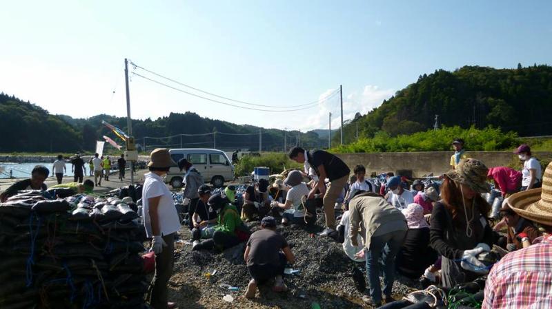 サンドバックへ小石を詰めるボランティアに全国から志津川へと集結!