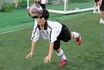 トレーナーの指示でヘディングの練習。ボールを頭で受けて手をつき、転がる。転び方にも技術がある。