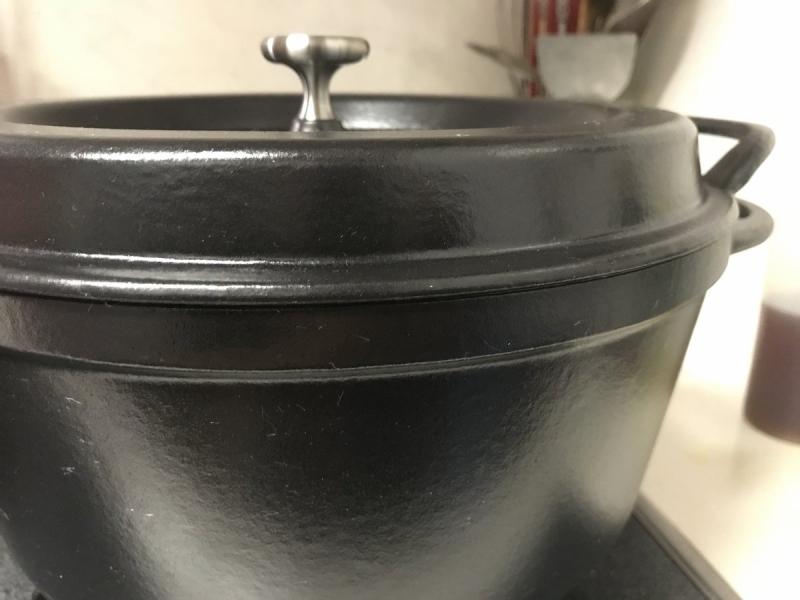 鍋の際とフタがともに「真っ平」でスキマがありません。鋳物でこれを実現するのはすごく難しいんだそうですよ