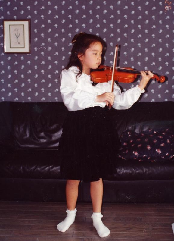 ドイツから帰国後、ヴァイオリンを習い始めた7歳頃。