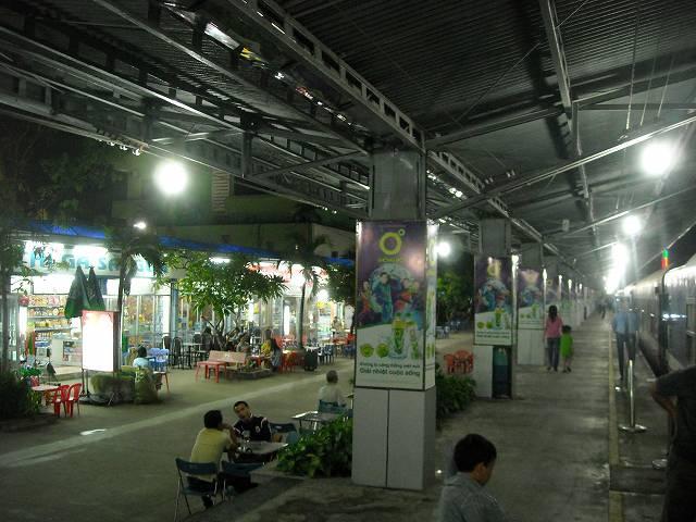 写真右側のホームに列車が停まり、左側には食堂などの店がある。その間にはテーブルとイスが置かれていて食事や休憩をすることができた