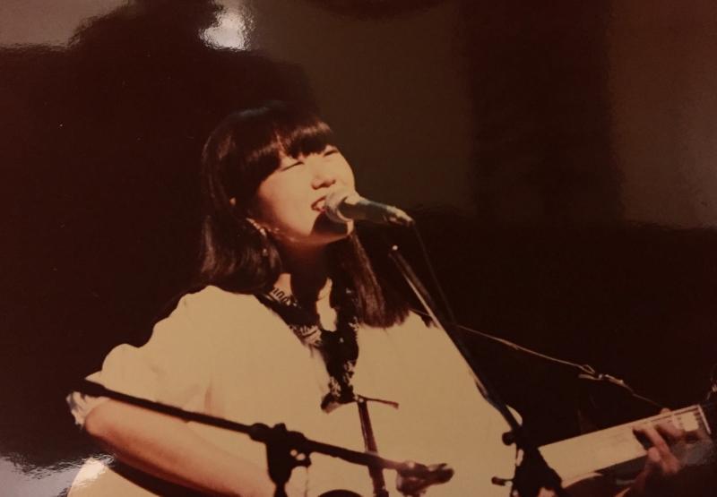大学生の頃からギターを奏でて唄っていた。