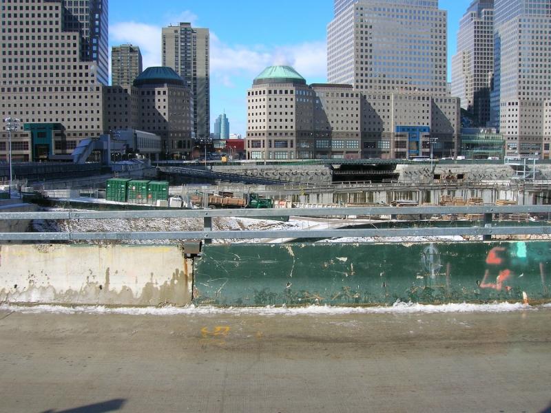 WTCが建っていた場所で工事が進む。生々しい傷跡も残る